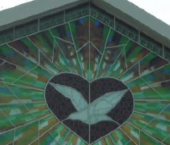Vitral de templo protestante causa polêmica e muitos afirmam ver a imagem do demônio