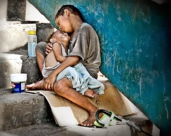 Câmera flagra família alimentando moradores de rua na madrugada
