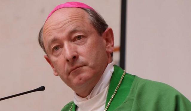 Bispo irlandês solitário atravessa as ruas na sexta feira santa