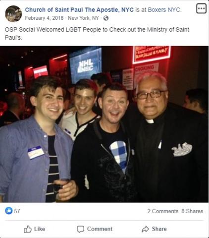Francisco sorridente recebe padre que frequenta bar para homossexuais