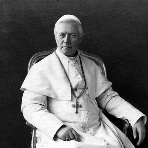 Papa São Pio X: A sociedade precisa da caridade católica. A fonte do amor ao próximo encontra-se no amor a Deus. Fazer o bem aos outros é fazer o bem ao próprio Jesus Cristo