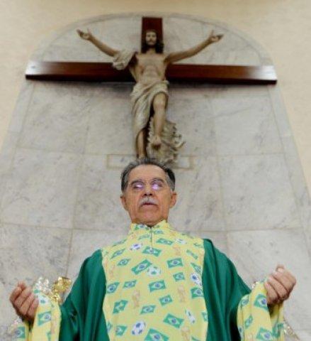 Padres do Fim dos Tempos: Roupa eclesiástica na Missa adaptada para Copa