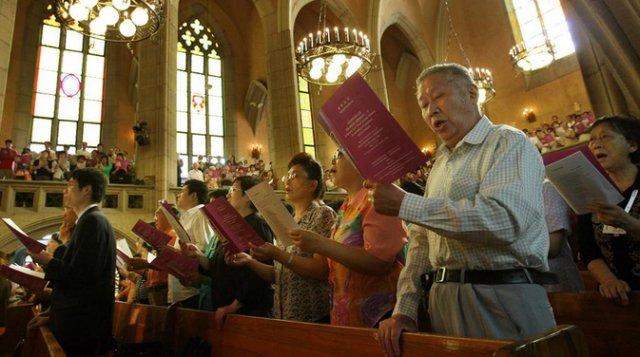 Cristãos na China cantam chorando ao ver a Cruz de sua Igreja ser removida
