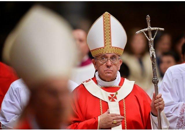 Sinal dos Tempos: Papa Francisco abandona a batina na missa de Pentecostes
