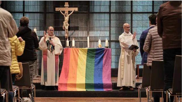 A rebelião final contra Deus continua: Padre alemão organizou na Igreja um