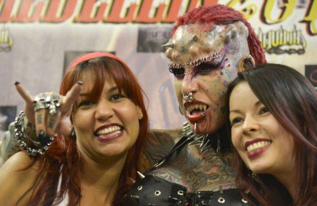 Sinal dos Tempos: Novamente a Mulher Vampiro impressiona em feira de tatuagem na Colômbia