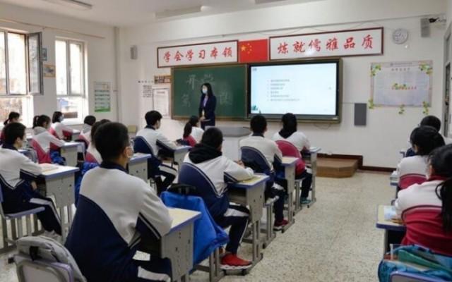 Na China, aluno é castigado a passar a aula em pé por acreditar em Deus