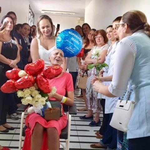 Equipe médica canta linda melodia para paciente que venceu câncer