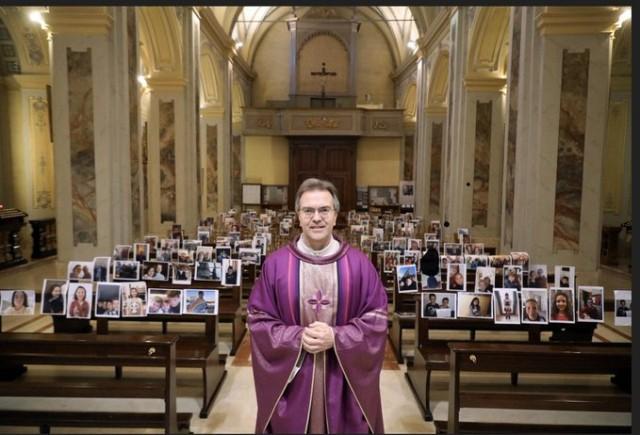 No norte da Itália, a região mais afetada pelo coronavírus, padre celebra Missa apenas com fotos de paroquianos