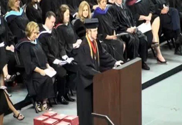 studante destaca a Biblia em sua formatura, depois de ser proibido antes da cerimônia