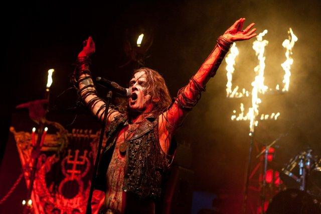 EUA: Banda de heavy metal faz ritual satânico no palco e plateia passa mal