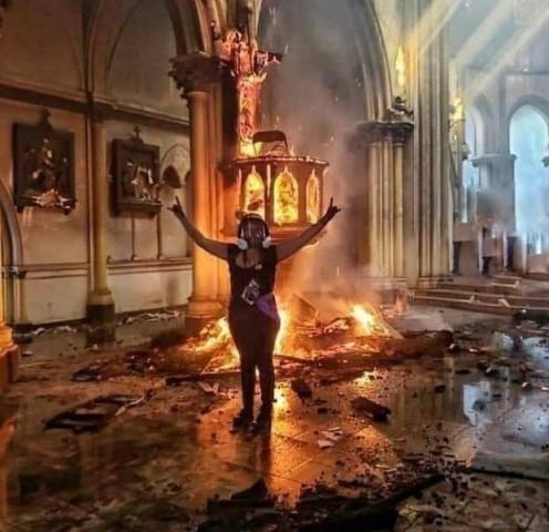 A Rebelião final contra Deus continua: Incendiadas duas igrejas importantes de Santiago do Chile (onde ainda escreveram: