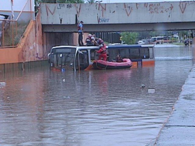 Caos em Bauru SP: Temporal transforma ruas em rios e causa destruição