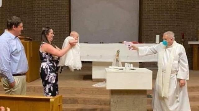Liturgia do Coronavírus: Chegou o Batismo com pistola de água (Como é que é!?)