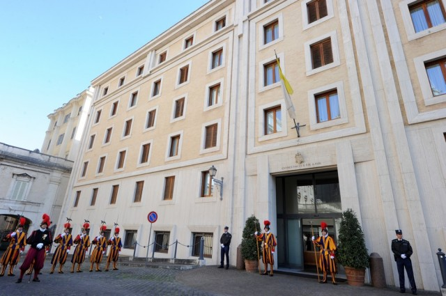 Monsenhor italiano que vive na casa do Papa Francisco está com coronavírus