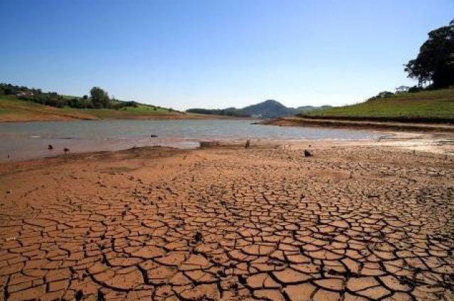 Nível do Cantareira cai para 15,9% e cidades no interior de SP furam poços para evitar falta de água